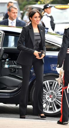 Meghan Markle Ditches the Dress for a Sleek Black Pantsuit at the WellChild Awards - Business Outfits for Work Meghan Markle Suits, Estilo Meghan Markle, Meghan Markle Style, Meghan Markle Fashion, Meghan Markle Dress, Business Outfits Women, Business Attire, Business Suits For Women, Work Suits For Women