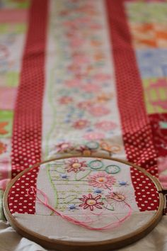 Cute idea for quilt : alternate strips of fabric and embroidered columns (Inspiration)