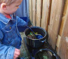 Buitenactiviteit voor kleuters/peuters:  Herfst soep maken. Heel simpel. De ingrediënten zijn: een pan met wat water, een lepel en fantasie! Nadat de kinderen herfstmaterialen hebben gezocht, kunnen ze de soep 'koken', wel goed roeren natuurlijk! Eet smakelijk!