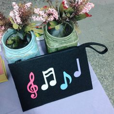 Siyah keçe portföy çanta Notalı, çok eğlenceli... Embroidery Bags, Felt Crafts, Origami, Projects To Try, Fashion Outfits, Handbags, Ideas, Embroidered Bag, Fabric Purses