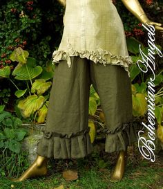 (I LIVE in my bloomers, in the summertime!) Khaki bloomers- Linen Bloomer Pants with Ruffle and Roses Lagenlook Style in Khaki Simple Outfits, Cool Outfits, Salwar Pants, Steampunk, Romantic Outfit, Pants Pattern, New Wardrobe, Fashion Dresses, Fashion Pants