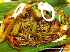 Pancit Lucban - this is a must try for pancit lovers. IMPORTANT, must be tried with vinegar (spicy version) instead of our standard issue toyo at calamansi. I think the noodles are of a different variety too. Filipino Dishes, Filipino Recipes, Filipino Food, Calamansi, Pancit, Japchae, Noodles, Spicy, Meals