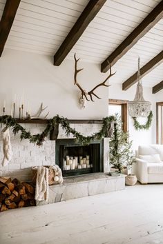 Our Favorite Holiday Home Decor Ideas This Year Are All About Simplicity - coco kelley - simple minimal holiday decor in a midcentury ranch house by simply suzy Home Renovation, Kerala, Decorating Your Home, Diy Home Decor, Holiday Decorating, Interior Decorating, Decorating Ideas, Mid Century Ranch, Ranch Decor