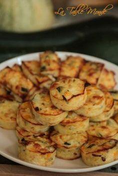 Zucchini bites with mozzarella No Salt Recipes, Veggie Recipes, Appetizer Recipes, Vegetarian Recipes, Healthy Recipes, Easy Cooking, Cooking Time, Cooking Recipes, Zucchini Bites