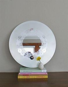 Este precioso espejo decorado con pintura de spray puede parecer que tiene mucho trabajo detrás, pero ¡nada más lejos! Podéis hacer un espejo igual o parecido en muy poco tiempo!