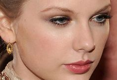 Taylor Swift with golden shadow and glossy brown esfumadinho. Lips and rosy apples. Labis white line watermark eye. Just thought I missed giving a cleaned eyebrow.