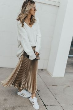 Gold Skirt Outfit, Pleated Skirt Outfit, Long Skirt Outfits, Winter Skirt Outfit, Jumper Outfit, Swag Dress, Metallic Pleated Skirt, Skirt And Sneakers, Inspiration Mode