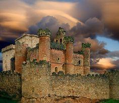 CASTLES OF SPAIN - Castillo de Turégano, Segovia. Construido sobre restos de orígenes celtibéricos. En este castillo estuvo preso en 1585 Antonio Pérez, secretario del rey Felipe II. Antonio Pérez planeó su fuga y sus partidarios consiguieron entrar en el castillo pero no consiguieron su objetivo. Una singularidad de este castillo es que integrada en su construcción se encuentra la iglesia de San Miguel.