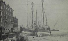 Det nyere havnekontor i Havnegade, Helsingør, samt is og fyrskibe i havnen..og en færge i det fjerne
