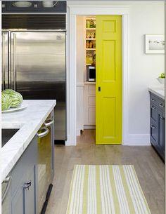 Pour peindre les portes de la maison il y a le blanc, mais c'est classique. L'autre idée, c'est d'utiliser la couleur pour faire de la porte un élément de déco