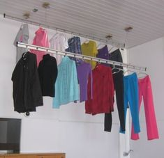 Ao invês de secar as roupas no varal presas com pregador, experimente secalas no cabide no varal.  Você verá que a quantidade de roupas que precisará passar ferro diminuirá drasticamente.