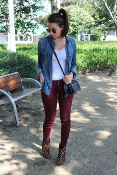 Nanda Pezzi - Camisa jeans, calça marsala e bota de oncinha