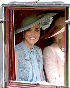 A first little glimpse of The Duchess of Cambridge as she attends Royal Ascot today! The Duchess is sitting with The Duchess of Cornwall in… Royal Uk, Royal Life, Royal Ascot, Prince William And Catherine, William Kate, Duchess Kate, Duke And Duchess, Windsor, Kate And Meghan