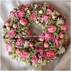 by Silvia Hokke Spring Door Wreaths, Summer Wreath, Wreaths For Front Door, Wreath Crafts, Diy Wreath, Diy Crafts, Clothes Pin Wreath, Vintage Wreath, Decoration Inspiration