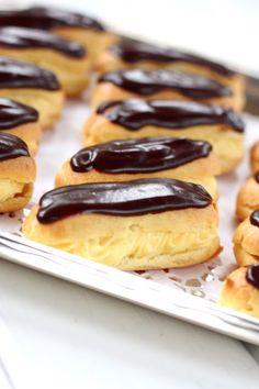 Éclair on ranskasta kotoisin oleva suklaakuorrutteinen tuulihattu, jossa on täytteenä pehmeää vaniljakiisseliä. Niiden tekeminen on ollut listallani jo jonkun aikaa ja teinkin niitä nyt tytön synttäreille. Ja hyvä, että kokeilin. Nämähän olivat hyviä! Täyte oli ihanan pehmoinen, kunnon vaniljainen. Päällä oleva ohut suklaakerros toi juuri sen veran suklaisuutta, että kokonaisuus pysyi hillityn makeana ja yhden … Let Them Eat Cake, Yummy Cakes, Deli, Doughnut, Sausage, Sweets, Snacks, Baking, Ethnic Recipes