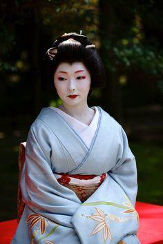 Geiko: Toshimana of Miyagawacho. Japanese Costume, Japanese Kimono, Japanese Girl, Japanese Design, Japanese History, Japanese Beauty, Asian Beauty, Japanese Outfits, Japanese Fashion