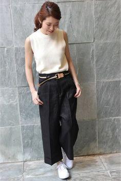 リネン素材独特のシャリ感と光沢が大人っぽい雰囲気のワイドパンツ。スニーカーとあわせても上品で、裾のダブル仕様もまたポイント♪