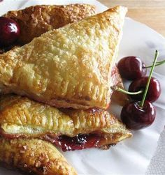 Pinner said.Recipe for Cherry Turnovers - Once you make these and see just how easy they are to put together, they will become your go-to breakfast-to-impress. Brownie Desserts, Köstliche Desserts, Delicious Desserts, Dessert Recipes, Yummy Food, Vol Au Vent, Profiteroles, Cannoli, Strudel