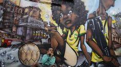 Loin des plages de sable fin de Copacabana, les habitants les plus pauvres de cette ville tentaculaire (1260 km², 6,3 millions d\'habitants) disputent, le plus souvent les pieds nus, des matches acharnés sur des terrains défoncés ou au beau milieu des ruelles. Les graffeurs OPNI réagissent