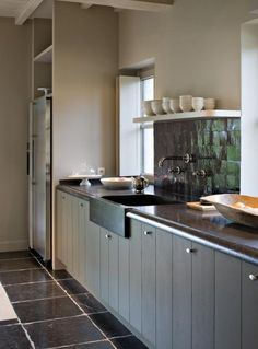 Woonmagazine I like the backsplash especially. Kitchen Black Counter, Kitchen Dinning, Kitchen Decor, Kitchen Styling, Kitchen Storage, Kitchen Pantry, Kitchen Cabinets, Shaker Style Kitchens, Home Kitchens