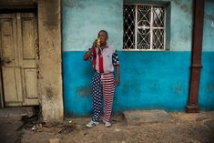 Goodbye Cuba! L'ultimo reportage di Steve McCurry dall'isola - Un Cubano indossa i colori della bandiera degli Stati Uniti e beve birra in una strada de L'Avana.