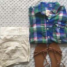 Hollister plaid button down This super cute button down is made out of 100% cotton so it is light weight and great to wear during the chilly days of spring. Cute with shorts, jeans, sandals, sneakers, etc. no flaws, in perfect condition. Hollister Tops Button Down Shirts