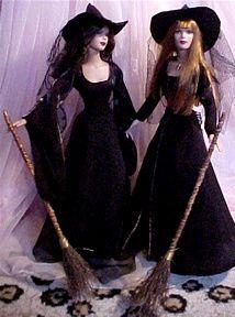 Pratical Magic Dolls Barbie Halloween Costume, Witch Costumes, Haunted Dollhouse, Diy Dollhouse, Miniture Dollhouse, Witch Dolls, Barbie Wardrobe, Odd Stuff, Witch Art