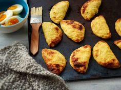 Oletko jo maistanut maukkaita vatruskoita? Vatruskapiiraat ovat tuttuja sekä karjalaisesta että venäläisestä keittiöstä. Tarjoa vatruskat munavoin kanssa.