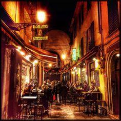 Via Pescherie Vecchie, Bologna by night - Instagram by bravocinno