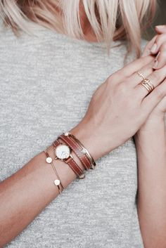 Montre en acier et bracelet en cuir, Murat. Joncs ouvert en or rose et diamants, Ofée. Bagues en strass et laiton, Zadig & Voltaire