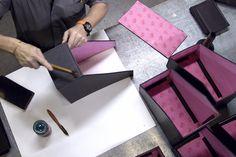 Creando productos nuevos usando cuero y cartón   Using leather and cardboard to create new products
