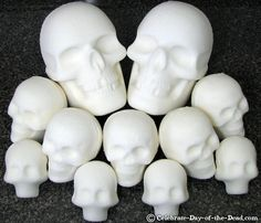 Two life-size skulls surrounded by medium and large sugar skulls. Diy Day Of The Dead, Mexico Day Of The Dead, Day Of The Dead Party, Holidays Halloween, Halloween Treats, Halloween Diy, Skull Decor, Skull Art, Sugar Skull Molds