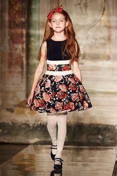 Коллекция Monnalisa осень-зима: платье на девочку с красными цветами