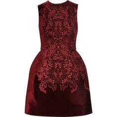 McQ Alexander McQueen The broderie anglaise velvet bell dress (€1.465) ❤ liked on Polyvore featuring dresses, vestidos, short dresses, vestiti, corset style dress, full skirt mini dress, velvet mini dress, bordeaux dress and red full skirt
