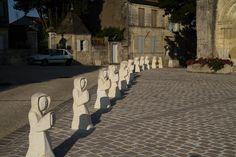 Saint-Savinien - Les 12 apôtres devant l'église Saint-Savinien. Poitou-Charentes