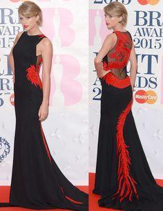 Sorprendió la elección de Taylor Swift que se aleja de su imagen de niña buena del 'country' con este vestido negro y rojo con un dragón que le recorre la espalda de Roberto Cavalli Atelier más joyas de Lorraine Schwartz. Brit Awards