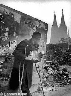 Kriegsheimkehrermit Ziehharmonika in Köln, hintergrund Kölner Dom, Copyright Hannes Kilian, Foto 1946