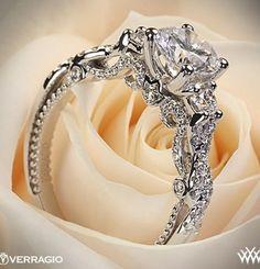 Enn å hatt denne ringen og der hvor det er en tulipanform, under hovedstenen, kan det heller være et kors.