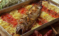 Peixe assado com azeite aromatizado: veja como é fácil fazer o azeite com sabor e o peixe no forno.