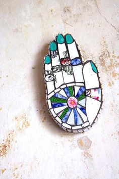 Une main de fatma accrochée à un mur rappelle leur attirance pour les pays lointains, leurs voyages sont aussi une belle source d'inspiration.