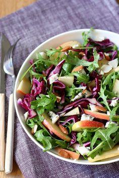Une salade de chou rouge, pomme et bleu pour changer des habitudes. Un salade composée idéale pour un déjeuner équilibré et léger.