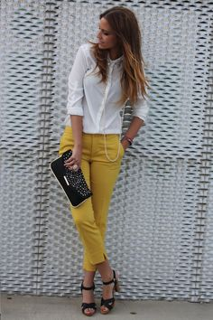 White shirt, yellow pants, black clutch and shoes | Vit skjorta, gula byxor, svart väska och skor