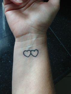 Het hart van mijn moeder en mij voor eeuwig aan elkaar verbonden. Inkt vermengt met as van mijn overleden moeder.
