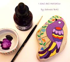 I love how is coming out this new bird. I'm happy with design and colors. #paintedstones #isassidelladriatico