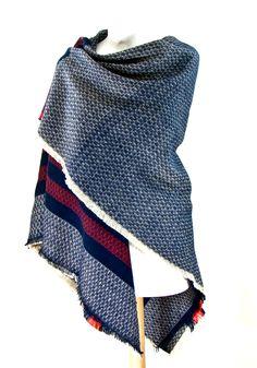 Châle carré en laine bleu rayures - Châle-Poncho - Mes Echarpes http://www.mesecharpes.com/chale-poncho/chale-carre-en-laine-bleu-rayures.html