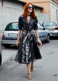 jaqueta de couro bolero cropped com saia midi e scarpin