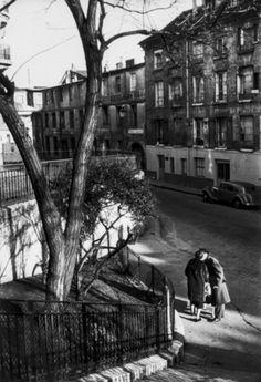 """Paris 1950s Willy Ronis. La photographie humaniste qui met en avant l'être humain avec un grand H et notamment ses émotions face aux évènements d'après guerre. Cette """"vague"""" semble largement française : Ronis, Cartier-Bresson"""