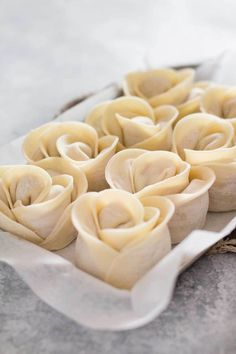 Dumpling recipe - Rose Shaped - Delicious Japanese Gyoza shaped like a rose flower! It is called Bouquet Gyoza in Japan but I name it Gyoza rose because it is Gyoza version of Apple rose. Japanese Gyoza, Japanese Dishes, Japanese Food, Dorayaki Receta, Dumpling Recipe, Steamed Dumplings, Chinese Dumplings, Creative Food, Asian Recipes