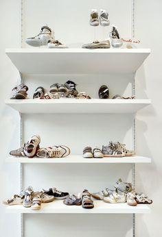 schoenpresentatie #helbigkolyma #shopfitting #white #schoenenmarrel