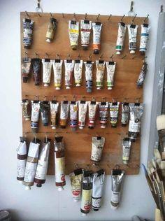 Hang up paint tubes using binder clips. Hang up paint tubes using binder clips.,Selber machen Hang up paint tubes using binder clips. Binder Clips, Clips Liant, Binder Clip Hacks, Organizing Hacks, Diy Organization, Art Studio Organization, Art Studio Storage, Art Supply Organizing, Organising